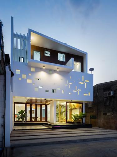 Mang phong cách hiện đại, căn nhà đẹp có mặt tiền họa tiết trang trí hình chong chóng tre ở Đồng Nai như gợi về một miền ký ức chốn thôn quê. Ảnh: Quang Trần.